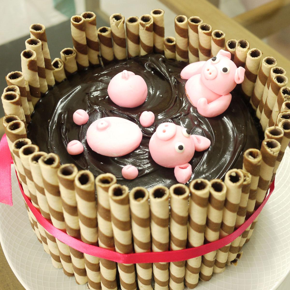 Mud Cake with Pigs